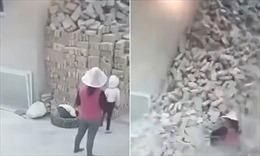 Bị đống gạch cao 2m chôn vùi, hai em bé may mắn sống sót