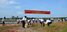 Cảnh sát biển Việt Nam chung tay làm sạch môi trường biển
