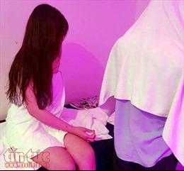 Kiểm tra đột xuất 2 tụ điểm massage, phát hiện tiếp viên nữ thoát y 'tắm tiên' cùng khách