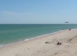 Xem cường kích SU-25 Ukraine bay sát bãi biển công cộng