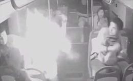 Sạc điện thoại dự phòng phát nổ bùng bùng trên xe buýt