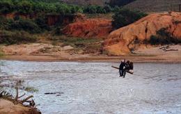 Kon Tum sẽ làm cầu treo để dân không phải liều mình đu cáp qua sông