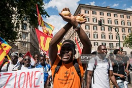 Hàng nghìn người biểu tình, phản đối chính sách mới của Italy với người di cư