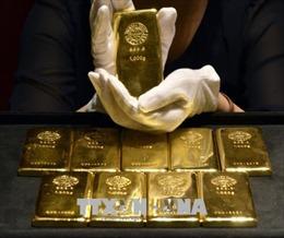 Giá vàng thế giới giao dịch gần mức thấp của sáu tháng