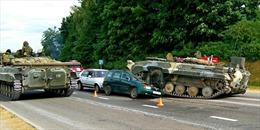 Mất lái, thiết giáp BMP-1 chồm lên đè bẹp ô tô trên đường