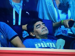 Diego Maradona trông như 'phê thuốc' khi xem Argentina đánh bại Nigeria