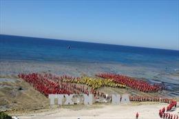 Xác lập kỷ lục  Việt Nam số người hát Quốc ca, tạo hình lá cờ Tổ quốc trên biển