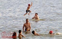 Bể bơi, hồ nước đông đúc ngày nắng nóng