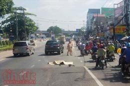 2 xe máy va chạm, người đàn ông ngã ra đường bị ô tô cán tử vong