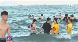 Đổ ra biển 'giải nhiệt', du khách bị mẩn ngứa