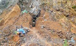Hàng trăm người đào bới cứu 2 người bị vùi lấp do sập hầm khai thác vàng trái phép