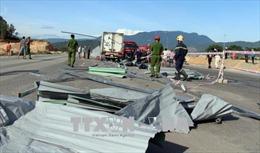 Tông vào rào chắn công trình khiến tài xế tử nạn, phụ xe thương nặng