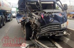 Tài xế xe đầu kéo bỏ mặc tài xế xe tải bị thương cầu cứu trong cabin