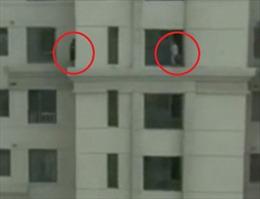 Thót tim cảnh 2 em nhỏ chơi trốn tìm trên gờ cửa sổ cao ốc 33 tầng