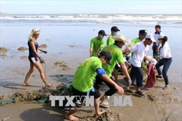 Khách quốc tế và người dân thu gom rác khu vực bờ biển Mũi Né, Bình Thuận