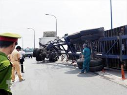 Lật xe container, các tuyến đường gần sân bay Tân Sơn Nhất ùn tắc hơn 5 tiếng