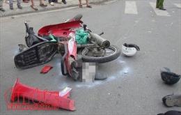 Xe máy va chạm với ô tô ở Bình Định, 2 người thiệt mạng