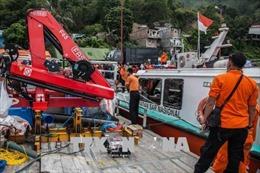 Sóng to đánh lật úp tàu chở hàng, ít nhất 6 người thiệt mạng và 7 người mất tích