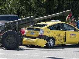 Khẩu pháo 'lạc đường' đâm toạc xe taxi tại Canada