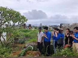 Đoàn Thanh niên TTXVN viếng mộ phóng viên Đinh Hữu Dư