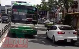 Xe buýt ngang nhiên chạy ngược chiều trên đường ở TP Hồ Chí Minh