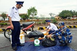 30 kg pháo nổ nhãn hiệu Trung Quốc được giấu trong chiếc xuồng máy