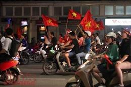 Bờ Hồ có 'bão', CĐV vỡ oà cờ hoa ăn mừng chiến thắng của U23 Việt Nam
