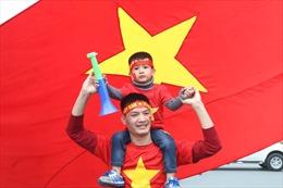 Người hâm mộ mang hoa đào, bánh chưng ra sân bay đón đội tuyển Việt Nam