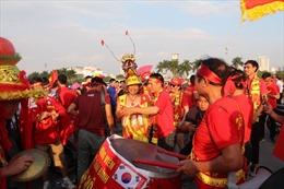 Trận Việt Nam- Malaysia: CĐV rầm rộ xuống đường, truyền nhiệt  cho các cầu thủ thân yêu