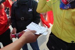 Giá vé 'chợ đen' tăng chóng mặt, người hâm mộ phản ứng với nạn 'phe vé'