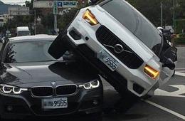 Vợ nổi máu ghen phi ô tô chồm lên nóc xe BMW chồng đang chở bồ