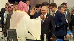 Tổng thống Putin đập tay 'high-five' chào Thái tử Saudi Arabia