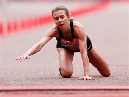Nữ vận động viên ngã quỵ trên đường chạy vẫn cố lết về đíchtại London Marathon