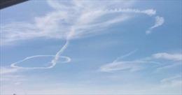 Không quân Mỹ giải thích về vệt khói máy bay hình 'của quý'