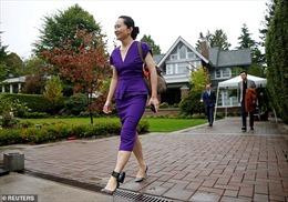CFO Huawei Mạnh Vãn Chu đến Toà án Canada với vòng định vị quanh chân