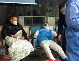 Bác sĩ Vũ Hán bị hành hung, làm quá tải và thiếu thiết bị bảo hộ