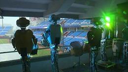 Robot và người nộm cổ vũ bóng chày thay khán giả trong mùa dịch