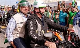 Tổng thống Brazil bỏ khẩu trang, dẫn đầu đoàn mô-tô khuấy động Rio