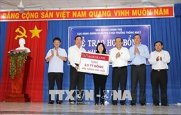 Trao học bổng, tặng quà cho học sinh, hộ nghèo biên giới Tây Ninh