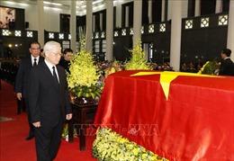 Lãnh đạo và nguyên lãnh đạo Đảng và Nhà nước đi quanh linh cữu Chủ tịch nước Trần Đại Quang