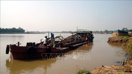 Bắt quả tang nhiều tàu được trang bị hiện đại để hút trộm cát trên sông Hồng