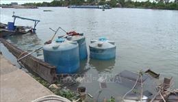 Bơm hút hàng chục ngàn lít axit trong chiếc thuyền bị chìm dưới sông Đồng Nai
