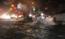 Bão số 9: Người dân TP Hồ Chí Minh bì bõm tát nước giữa đêm, nhiều nơi vẫn ngập sâu