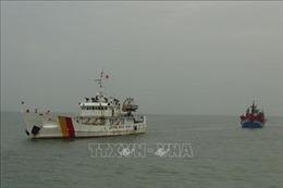 Đưa 8 thuyền viên cùng tàu cá bị nạn trên biển về bờ an toàn