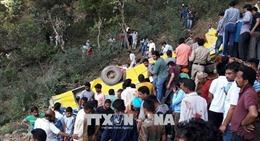 Xe buýt rơi xuống hẻm núi, ít nhất 51 người thương vong