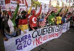 Xe bọc thép ngăn biểu tình phản đối Hội nghị thượng đỉnh G20 ở Argentina