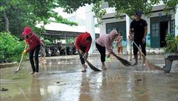 Thày cô xắn quần lội bùn dọn vệ sinh, đón học sinh trở lại trường sau mưa lũ
