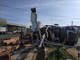 Va chạm với xe ô tô 9 chỗ, xe container chở gỗ bị lật gây ách tắc giao thông