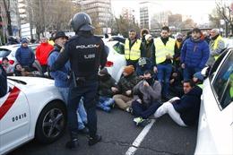 Cảnh sát dùng cần cẩu để dẹp hàng loạt xe taxi đình công