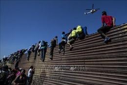 Người di cư Mexico tìm cách chọc thủng hàng rào biên giới Mỹ ngay sau giao thừa